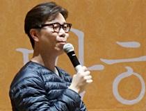 """김영하 """"야만적인 경쟁사회에 복수하는 법, 글쓰기"""""""