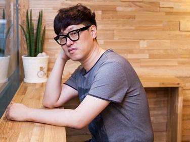 """소설가 김중혁 """"가짜 팔로 하는 포옹은 해피엔딩일까~"""