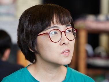 """소설가 윤이형 """"우리 사회는 여성을 인간으로 취급 ~"""